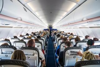 Пассажирский салон самолета Airbus A320 авиакомпании Lufthansa