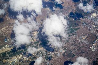 Вид сверху из самолета на аэропорт Кабул