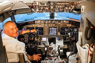 Командир экипажа в кабине пилотов самолета Боинг-737-800