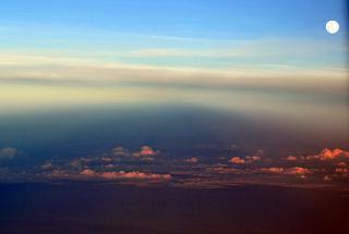 Закат солнца и Луна над Таиландом