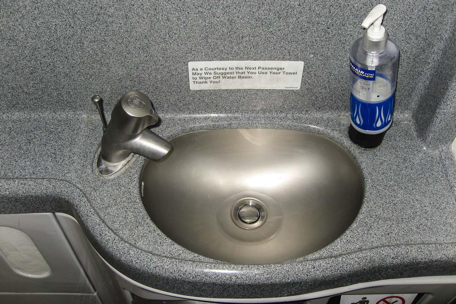 Туалет самолета Боинг-737-800 авиакомпании Ryanair