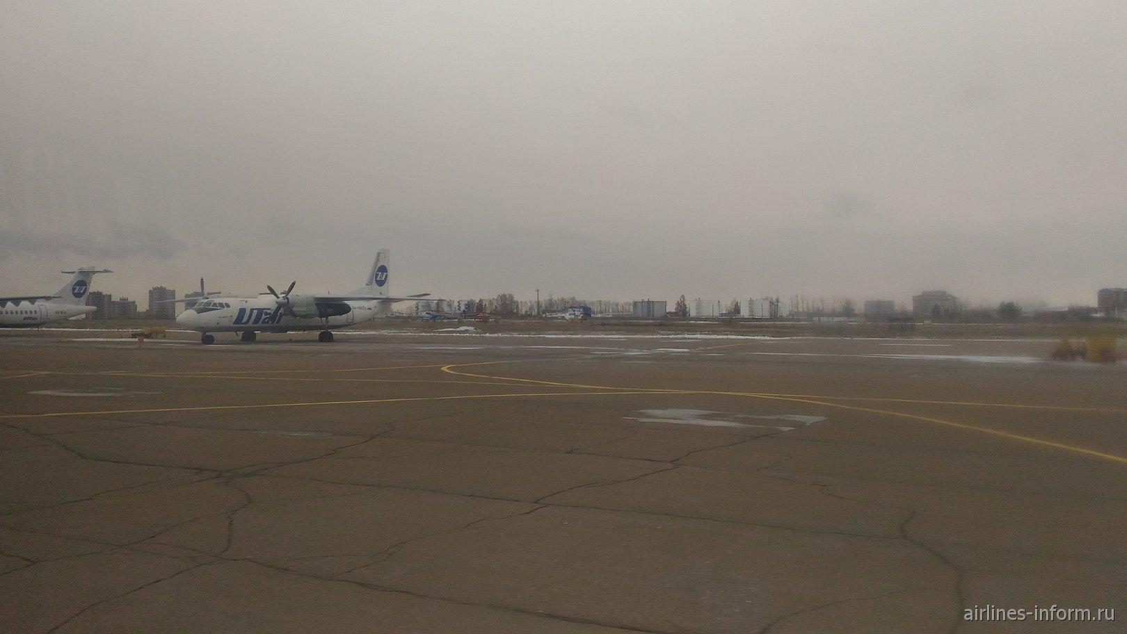 АН-24 авиакомпании Ютэйр в аэропорту Иркутска