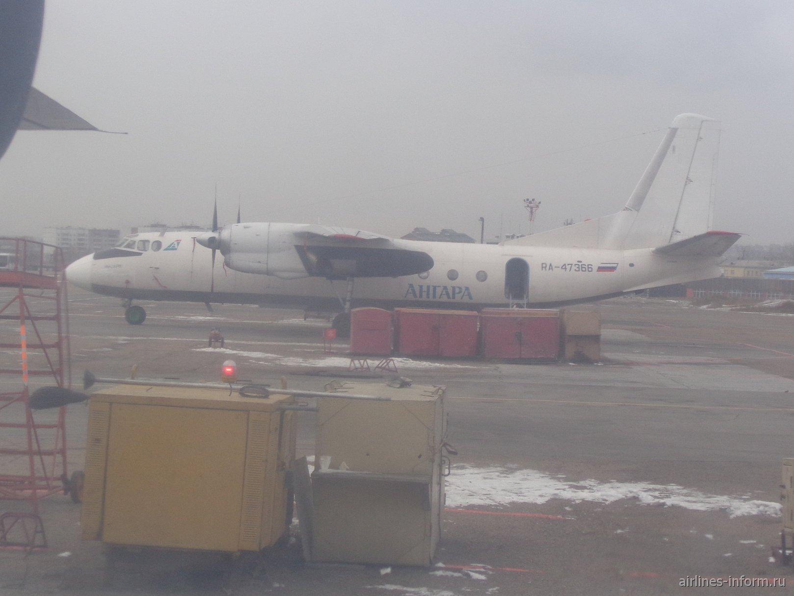 АН-24 авиакомпании Ангара в аэропорту Иркутск