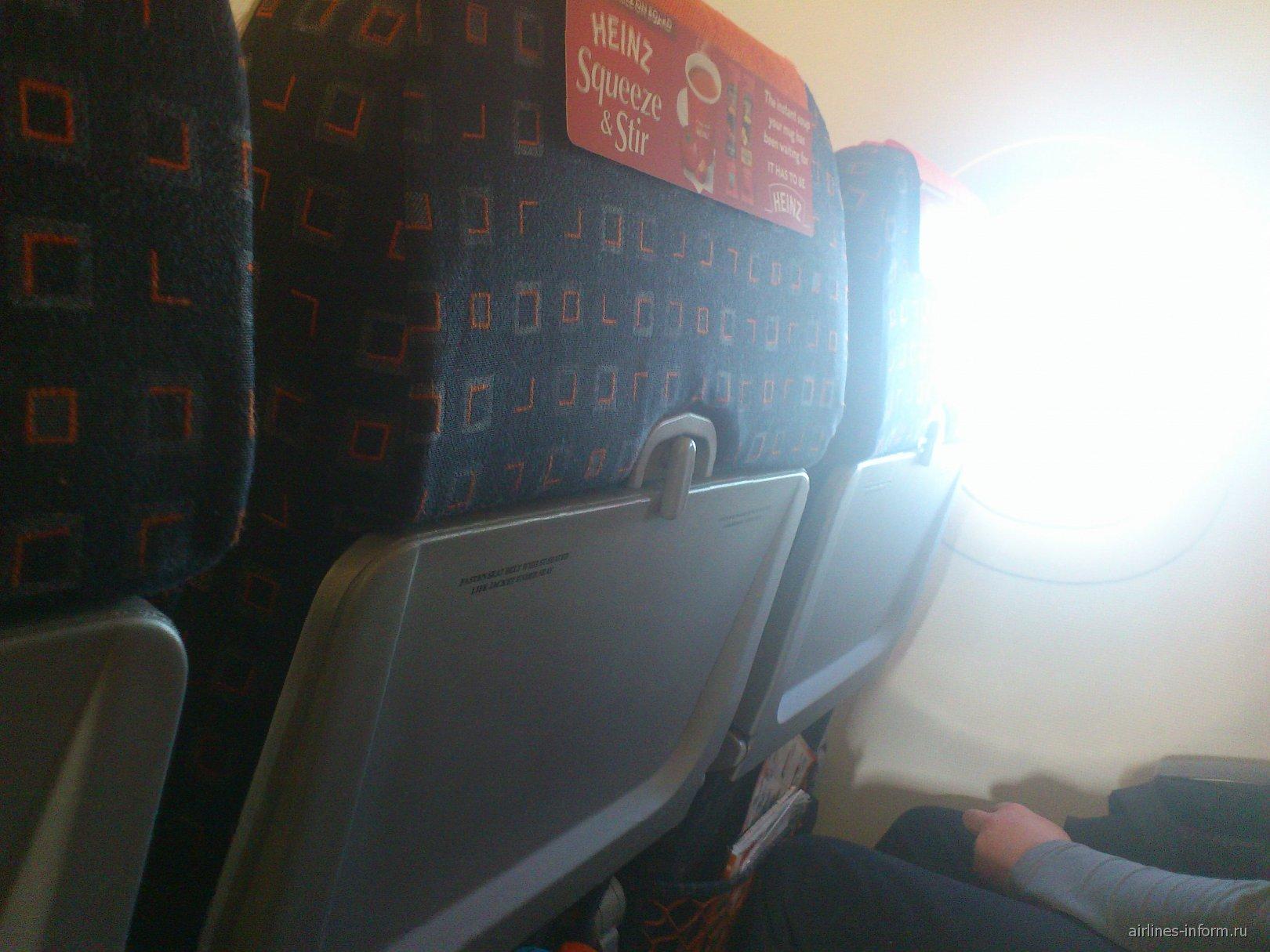 Салон самолета Airbus A320 авиакомпании easyJet