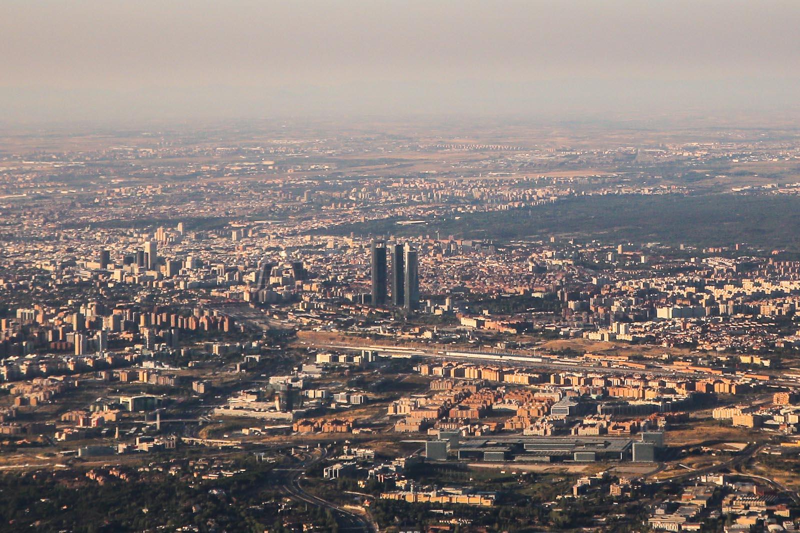 Вид на бизнес-центр Мадрида при взлете из аэропорта Барахас