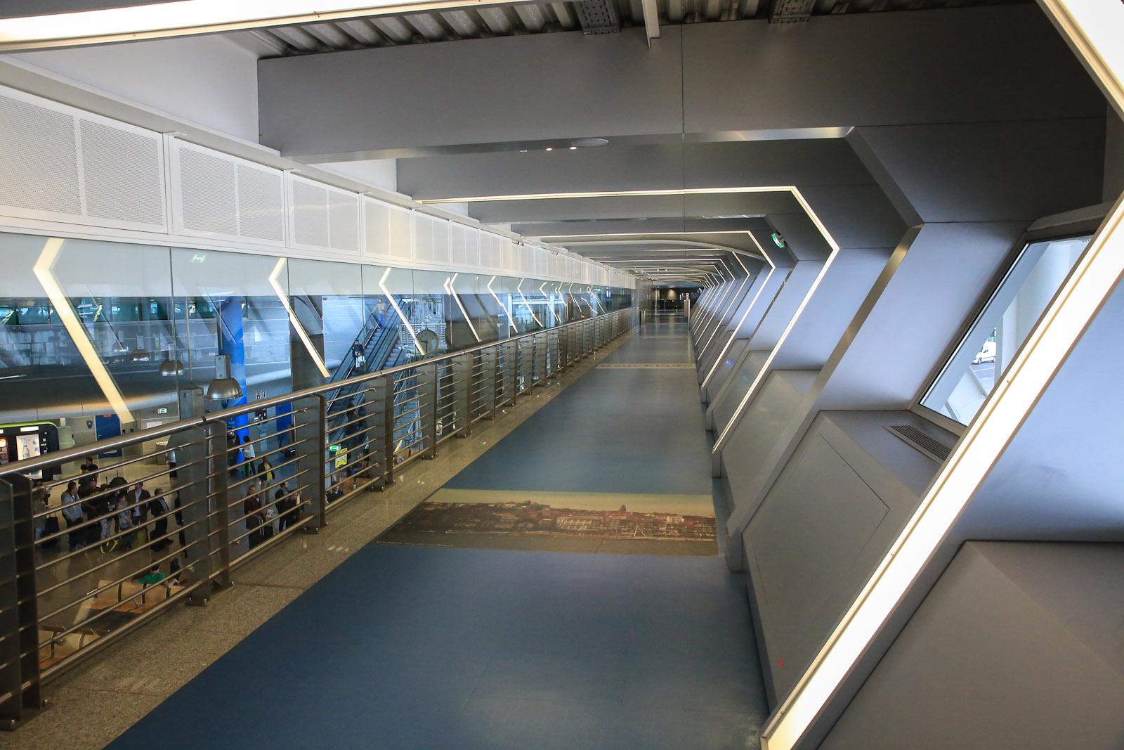 Переход в зал прилета в аэропорту Порту