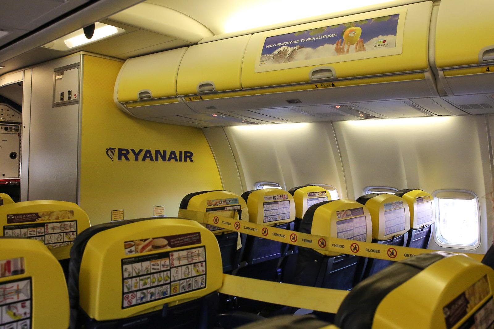 Салон самолета Боинг-737-800 авиакомпании Ryanair