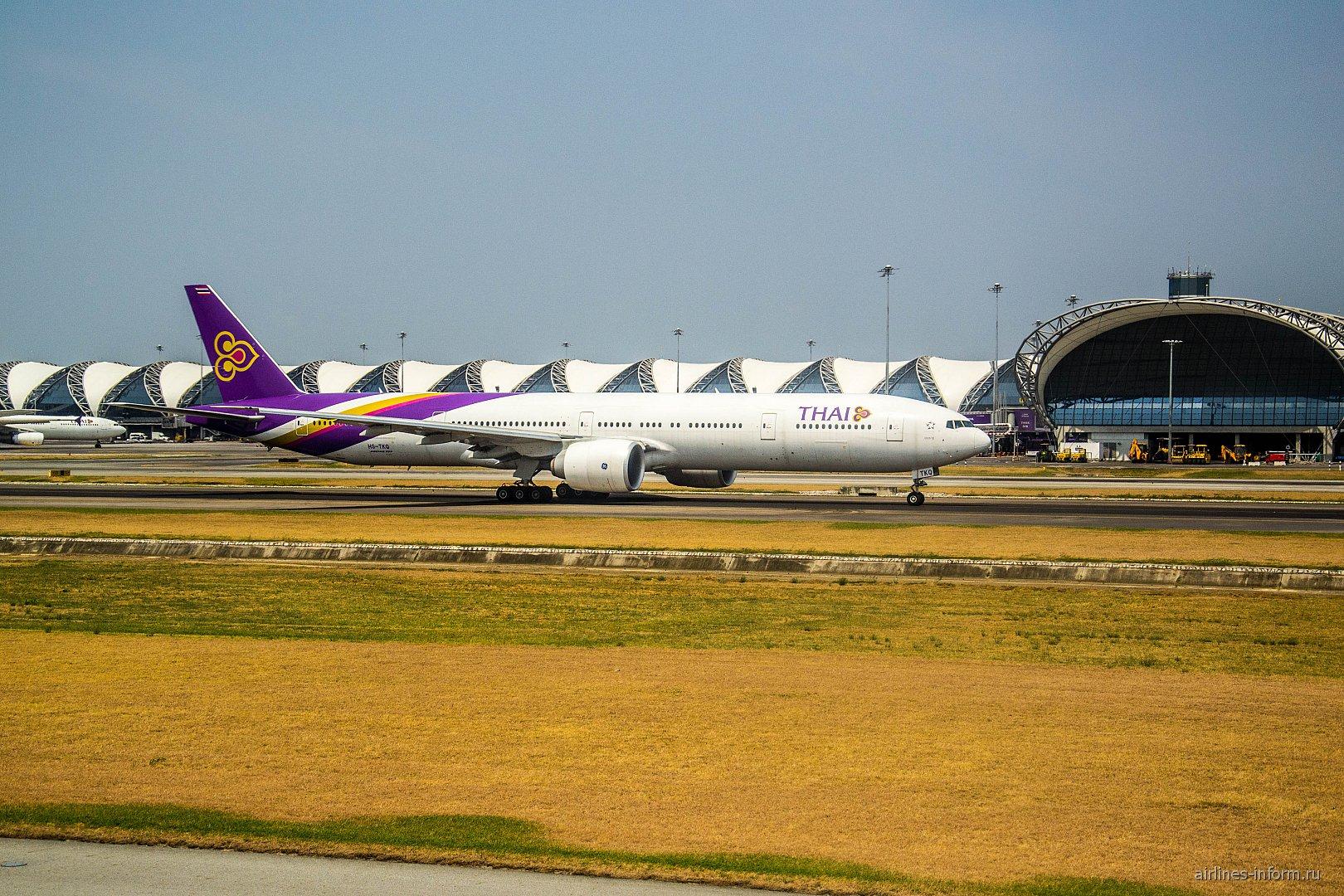 Боинг-777-300 Тайских авиалиний взлетает в аэропорту Бангкока