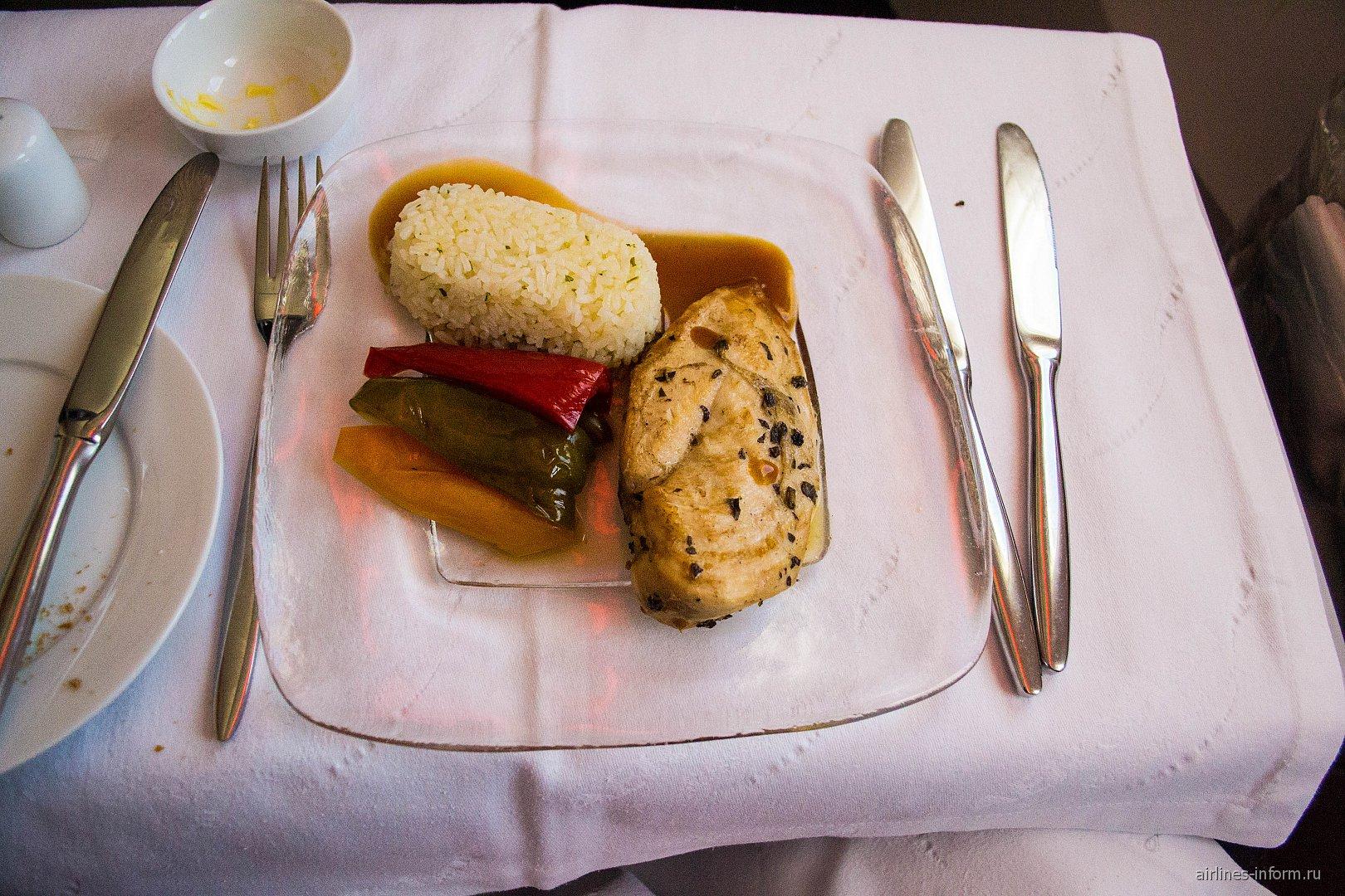 Второе блюда - куриная грудка с рисом в бизнес-классе Аэрофлота