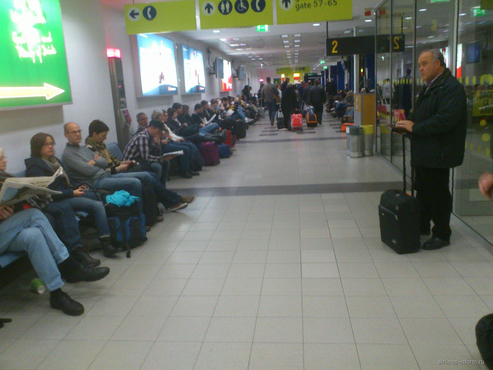 Зал ожидания в терминале B аэропорта Шонефельд в Берлине