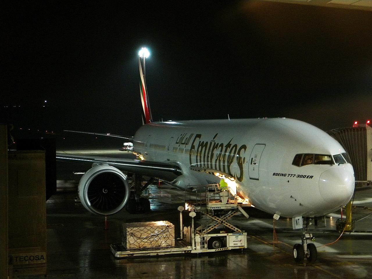Самолет Boeing 777-300ER авиакомпании Emirates в аэропорту Мадрида
