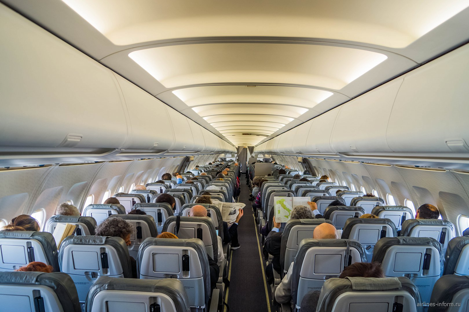 Пассажирский салон самолета Airbus A321 авиакомпании Alitalia