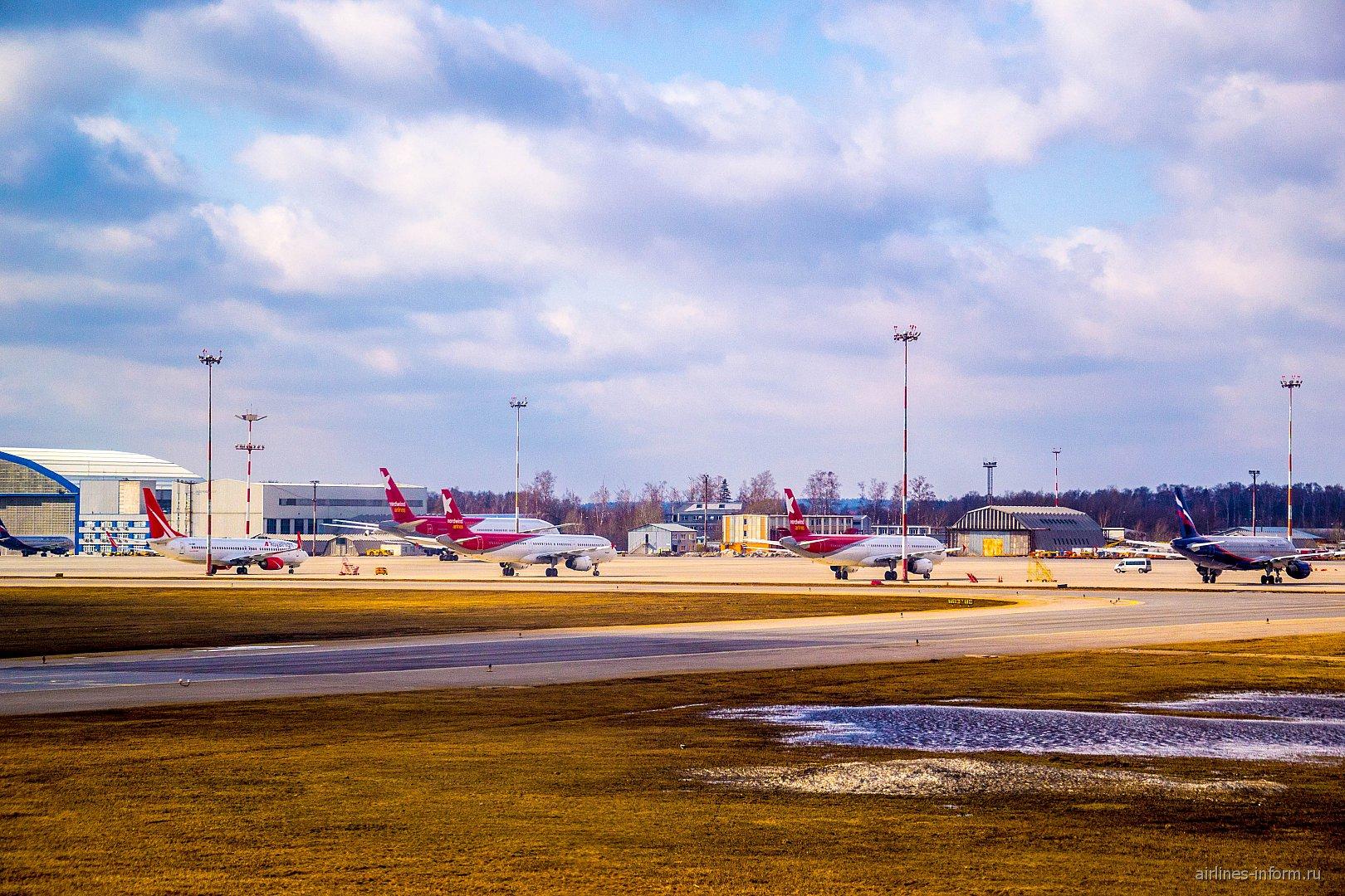 Самолеты на перроне аэропорта Шереметьево