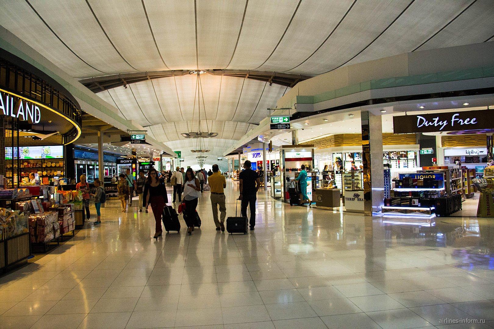 Магазины в чистой зоне аэропорта Бангкок Суварнабхуми