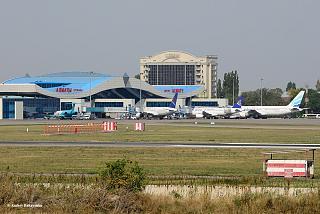 Вид на главный перрон аэропорта Алматы со споттерской точки. Сентябрь, 2016 год.