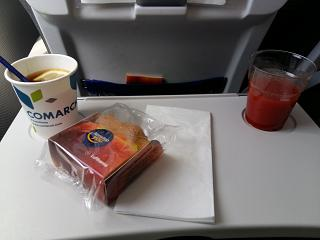 Plum cake and drinks for the flight Barcelona-Munich Lufthansa