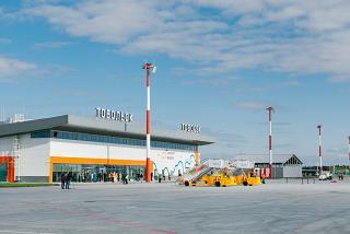 Вид с перрона на пассажирский терминал аэропорта Тобольск Ремезов