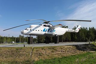 Вертолет-памятник Ми-6 в аэропорту Сургут