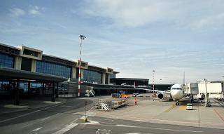 Вид с перрона на терминал Т1 аэропорта Милан Мальпенса