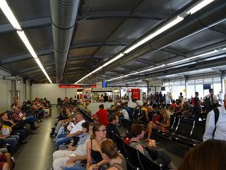 Зал ожидания в чистой зоне терминала С аэропорта Берлин Тегель