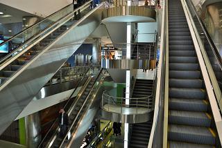 Лестница между этажами в зоне вылета внутренних рейсов аэропорта Домодедово