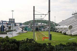 Остановка трамвая у пассажирского терминала аэропорта Порту