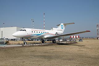 Самолет-памятник Як-40 в аэропорту Владивостока