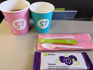 Чай, вода и батончик из орехов и сухофруктов на рейсе Омск-Новосибирск авиакомпании S7 Airlines
