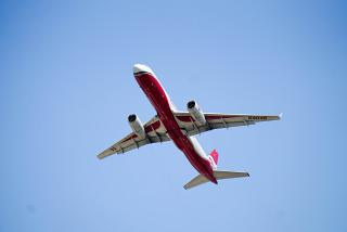 Ту-204-100 RA-64046 авиакомпании Red Wings взлетает в аэропорту Сочи