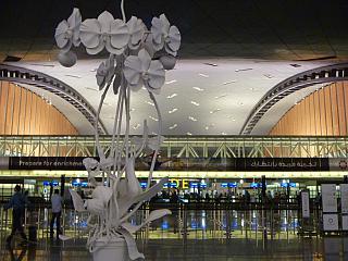 Инсталляция в аэропорту Доха Хамад