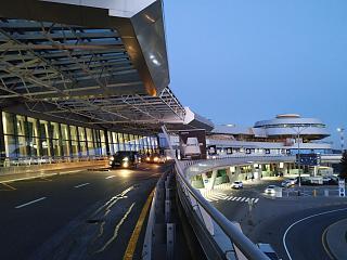 У входа в пассажирский терминал аэропорта Минск Национальный