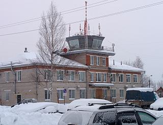 Производственное здание и диспетчерская вышка в аэропорту Котлас