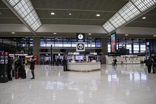 Информационная стойка в терминале 2 аэропорта Токио Нарита