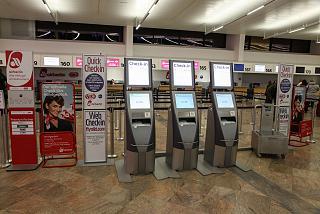 Киоски самостоятельной регистрации авиакомпании Air Berlin в терминале 1 аэропорта Вена Швехат