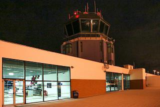 Диспетчерская вышка в аэропорту Фуншал на острове Мадейра