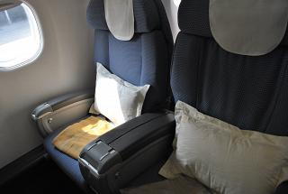 Кресла бизнес-класса в самолете Embraer 190 авиакомпании China Southern Airlines