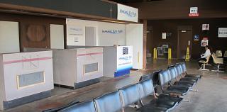 Стойки регистрации местных авиалиний в аэропорту Кахулуи
