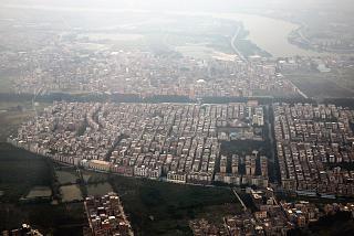 Вид на пригороды Гуанчжоу после взлета из аэропорта Байюнь