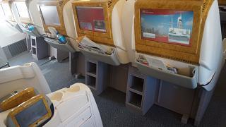 Места бизнес-класса в самолете Боинг-777-200 авиакомпании Emirates