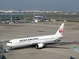Самолет Боинг-767-300 JA613J Японских авиалиний в аэропорту Токио Ханеда