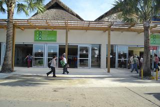 Вход со стороны перрона в здание прилета аэропорта Пунта-Кана