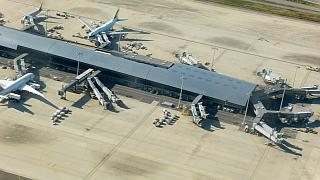 Вид при взлете на пассажирский терминал аэропорта Осака Кансай