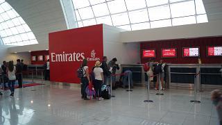Информационная стойка авиакомпании Emirates в терминале 3 аэропорта Дубай