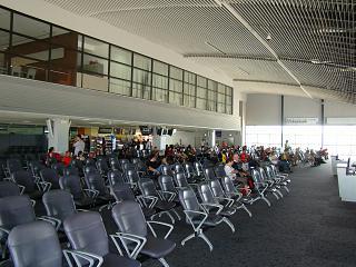 Зал ожидания в чистой зоне терминала 1 аэропорта Краби