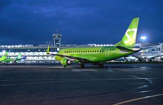 Embraer 170 VQ-BYF на ночном перроне аэропорта Домодедово