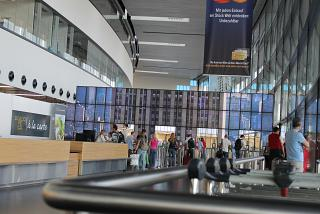 Проход к гейтам в аэропорту Вены