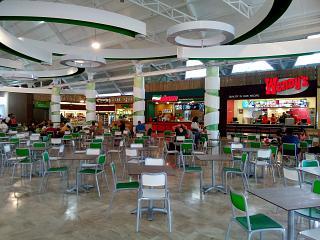 Фуд-корт в чистой зоне аэропорта Пунта-Кана