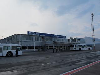 Вид со стороны перроне на здание аэропорта Мале Ибрагим Насир