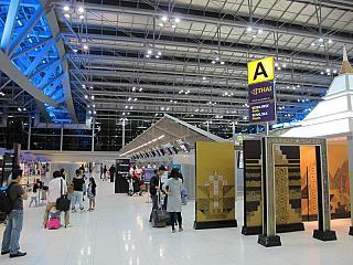 Стойки регистрации Тайских авиалиний в аэропорту Бангкок Суварнабхуми