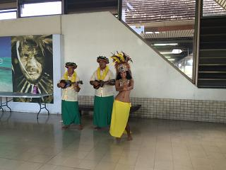 Музыканты, встречающие рейсы в аэропорту Папеэте на Таити